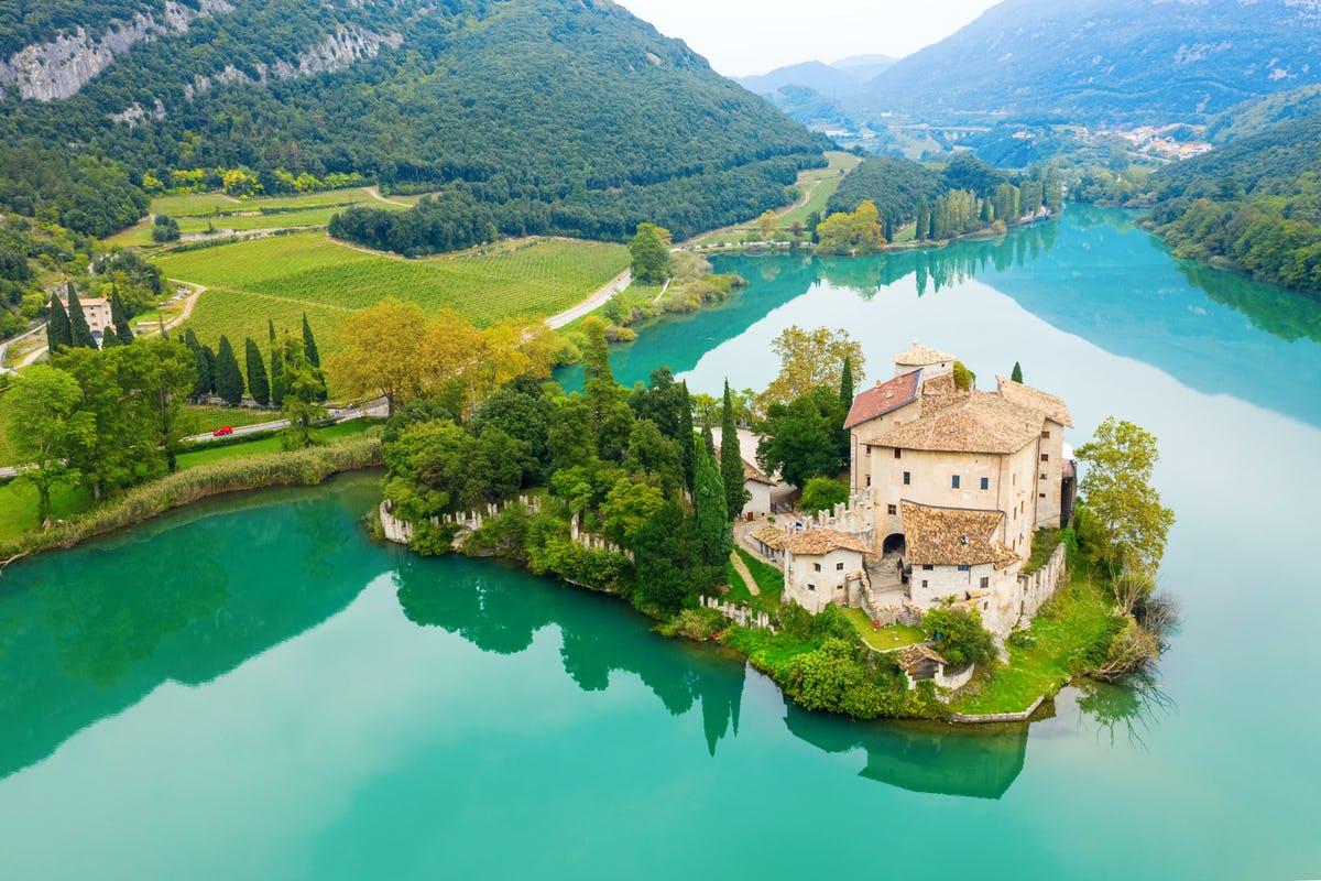Castel Toblino, a picco sul lago, è uno dei castelli più riconoscibili del Trentino