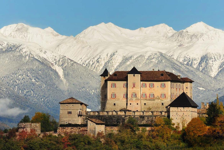 Castel Thun, recentemente restrutturato ed aperto al pubblico, uno tra i più famosi castelli del Trentino.