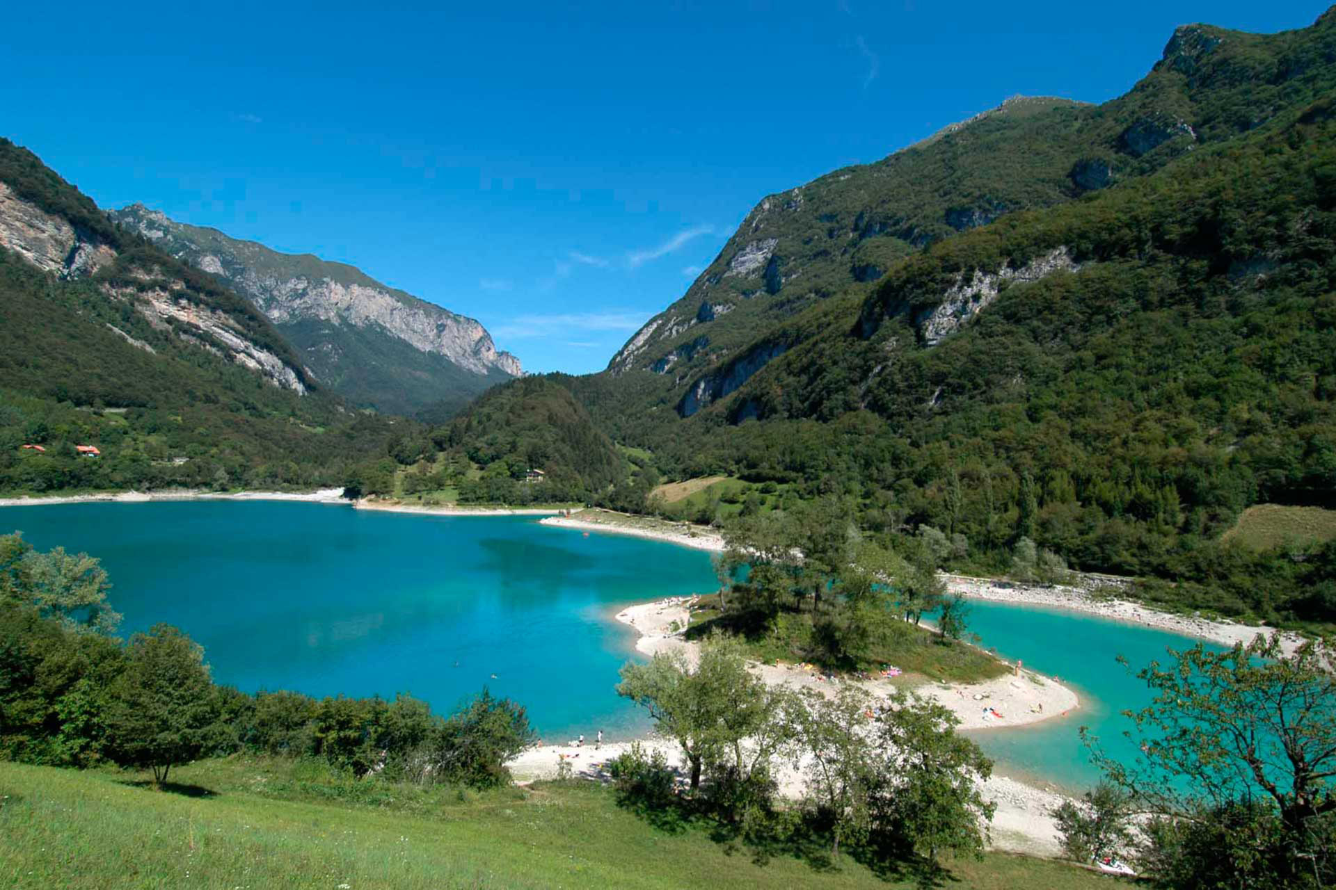 Lago di Tenno, una perla tra i numerosissimi specchi d'acqua del trentino