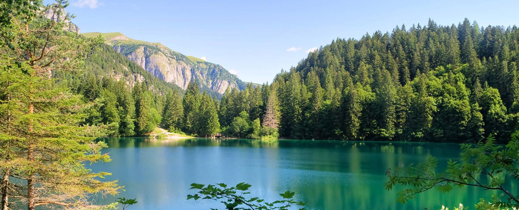 Il lago di Tovel, detto il lago rosso, uno tra i laghi più famosi della regione